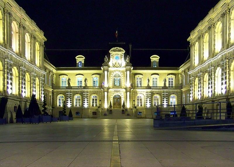 Fichier:Amiens - Hotel de Ville de nuit.jpg
