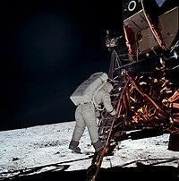 Resultado de imagen para Fotografía de archivo tomada el 20 de julio de 1969 que muestra al astronauta estadounidense Neil Armstrong bajando del módulo lunar del Apolo XI en la superficie de la luna