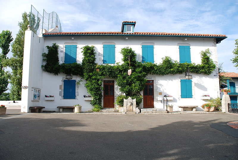 http://upload.wikimedia.org/wikipedia/commons/thumb/8/86/Arcangues_Mairie.jpg/800px-Arcangues_Mairie.jpg