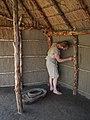 Archeon wand inheemse boerderij met leem bestrijken foto CThunnissen.jpg