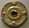 Arte longobarda, da castel trosino, marche, spilla d'oro a disco con granata e decorazione a filigrana, VII sec.JPG