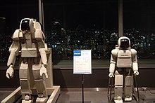 Il modello P3 a sinistra confrontato con ASIMO