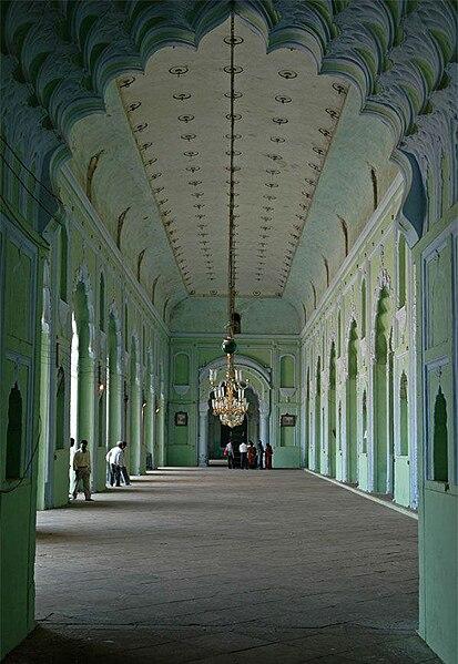 File:Bara Imambara First Hallway 01.JPG