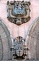 Bauschmuck von Ludwig Vierthaler am Georg-von-Cölln-Haus, Am Markte 8, Hannover, 03a,Kopf und noch unidentifiziertes Wappen Löwe Schlüssel Rauten.jpg