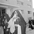 Bedoeïenenvrouwen in traditionele kledij op straat, Bestanddeelnr 255-3439.jpg
