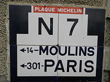 Plaque Michelin de la route nationale 7 indiquant la distance vers Moulins et Paris