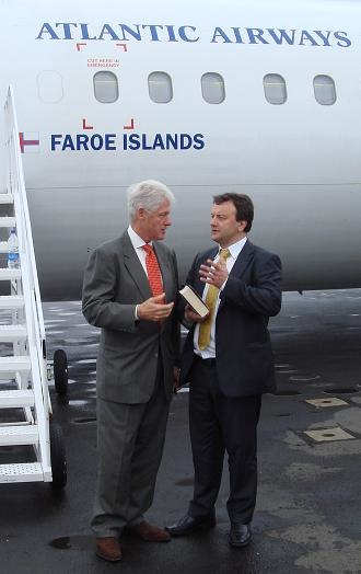 Atlantic Airways - Former US President Bill Clinton and former Atlantic Airways President Magni Arge at Vágar Airport, before flying to Copenhagen