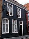 foto van Zeer eenvoudig huis met gebosseerde gepleisterde lijstgevel