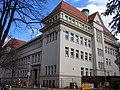 Blick von Westen Ecke Franz-Mock-Weg zum Kopfbau mit seinem Kupfertürmchen und entlang der Fassade an der Andertenschen Wiese, BBS 11 der Region Hannover.jpg