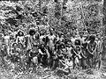 COLLECTIE TROPENMUSEUM Een groep Kubu's te Ajer Itam Djambi Sumatra TMnr 10005460.jpg