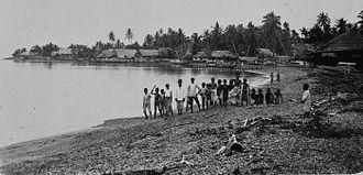 Sanana Island - Image: COLLECTIE TROPENMUSEUM Een groep mannen en kinderen op het strand aan een baai van het eiland Sanana T Mnr 60033417
