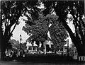 COLLECTIE TROPENMUSEUM Een woonhuis met tuin. TMnr 60005144.jpg