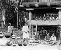COLLECTIE TROPENMUSEUM Gemeenschapsgebouw in een Batakkampong vrouwen bezig potten te vormen Taroetoeng Bataklanden TMnr 10014160.jpg
