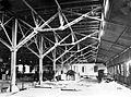 COLLECTIE TROPENMUSEUM Rollerruimte met afgemonteerde rollers en balbrekers Theefabriek Goenoeng Dempo TMnr 10011995.jpg
