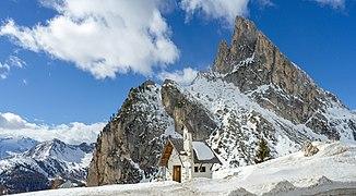Cappella Passo Falzarego Sass Stria.jpg