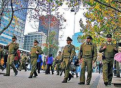 Carabineros patrullando una calle del centro de Santiago