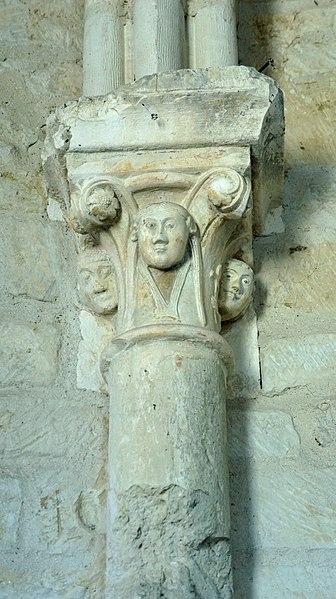 En l'église St-Loup_de_Thillois_ un chapiteau avec des figures humaines.