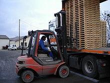 220px Chargement de camions cariste