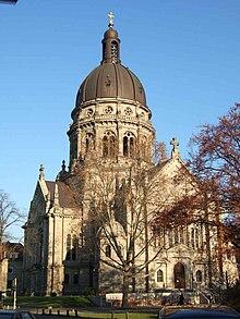 Christuskirche in Mainz mit dem Bachsaal über dem Haupteingang (Quelle: Wikimedia)
