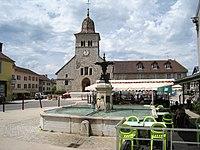 Clairvaux-les-lacs-fontaine-eglise.JPG