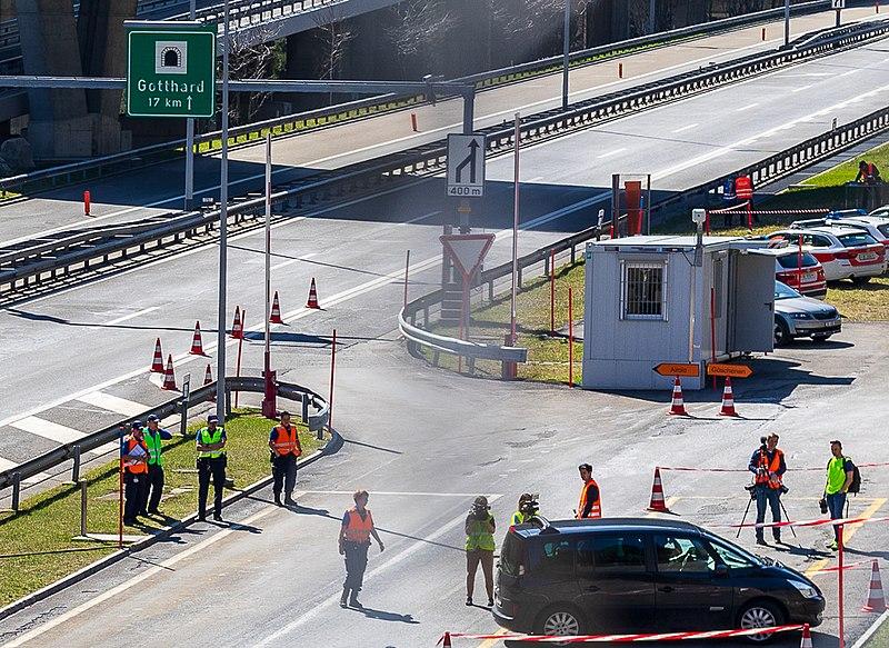 File:Covid Schweiz Polizei vor Gotthard-Tunnel.jpg