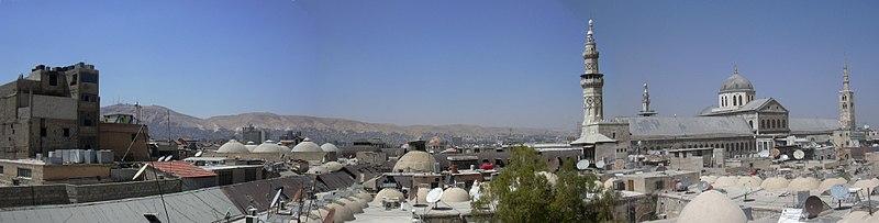 File:Damaskus, Blick über die Dächer der Altstadt zur Omayadenmoschee mit ihren drei Minaretten (38707059131).jpg