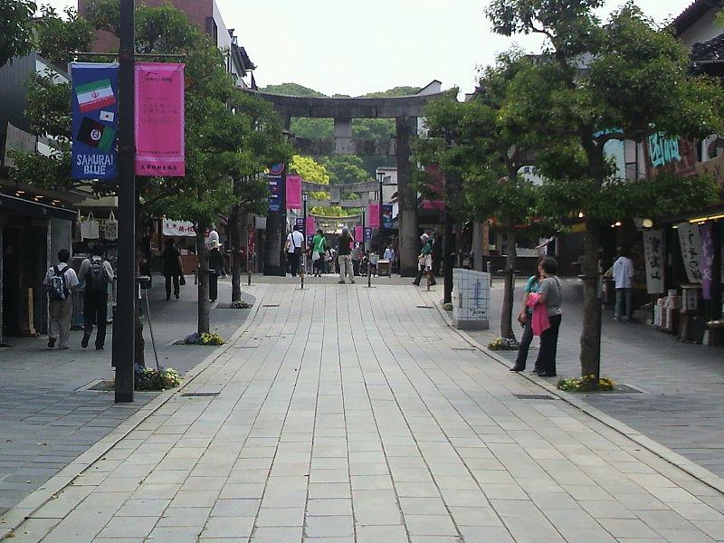 https://upload.wikimedia.org/wikipedia/commons/thumb/8/86/Dazaifu_Tenmangusandou.JPG/800px-Dazaifu_Tenmangusandou.JPG