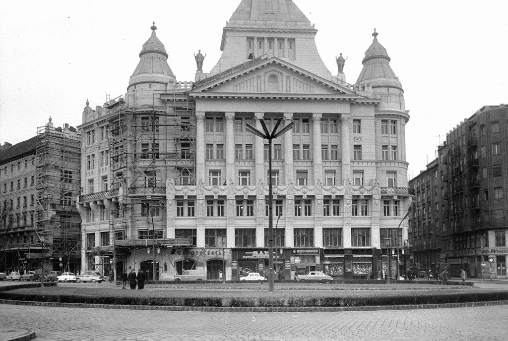 1024px-De%C3%A1k_Ferenc_t%C3%A9r%2C_Anker_h%C3%A1z_fel%C3%BAj%C3%ADt%C3%A1sa_1960-ban%2C_Budapest._-_Fortepan_103232.jpg