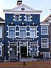 foto van Woonhuis met verdieping en zolderverdieping onder zadeldak en onderkelderde vleugel onder dwarsdak (Friesland Bank)