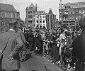 De vele ovaties van duizenden landgenoten op De Dam bij het vertrek van de konin, Bestanddeelnr 900-0052.jpg