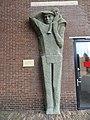 Den Helder - Reliëf 'Redder met kind' van Maria van Everdingen bij het Reddingsmuseum op Willemsoord.jpg