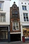foto van Smalste huis van Dordrecht. Pand met smalle gevel, een vensteras breed, gebouwd boven de 'donkere steiger'