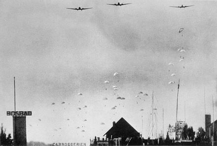 German paratroops dropping into the Netherlands on 10 May 1940 Duitse parachutisten landen in Nederland op 10 mei 1940b.jpg