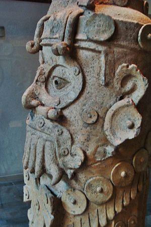 Español: Escultura de Dzahui, dios mixteco de ...