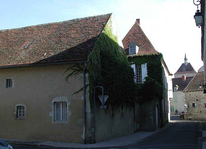 Ébreuil (Allier). Maison du XVe siècle. Communs et façade sur la rue Notre-Dame.