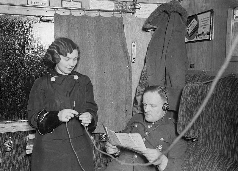 File:Een 'radiomeisje' in de trein Stoubcy-Warschau biedt voor een paar zloty een kop, Bestanddeelnr 190-1173.jpg