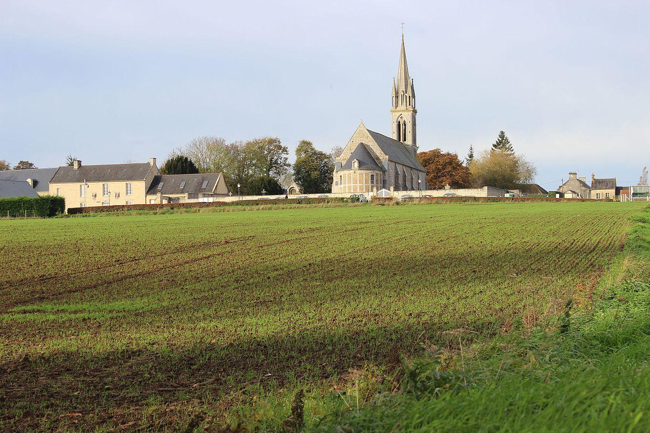 Eglise Saint-Pantaléon et mairie - Esquay-sur-Seulles.jpg