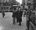 Eisenhower in Amsterdam. Eisenhower salueert op de Dam. Bij hem minister-preside, Bestanddeelnr 900-8853.jpg