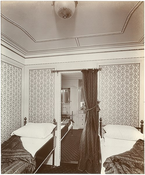 File:En suite room (9009645602).jpg