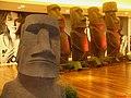 """Exposição """"Tesouros, Mitos e Mistérios das Américas"""", no Ribeirão Shopping. Réplica de Moai da Ilha de Páscoa - panoramio.jpg"""