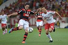 Nilmar (dir.) em partida contra o Flamengo 0e36ba05a6325