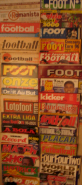 Photo d'une double rangée verticale d'une douzaine de magazines de football.