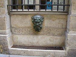 Fountain 6 rue Colbert Paris - mascaron.JPG