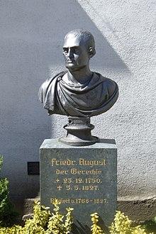 Sockel mit Büste Friedrich Augusts auf dem Schwedenstein (Berg) (Quelle: Wikimedia)