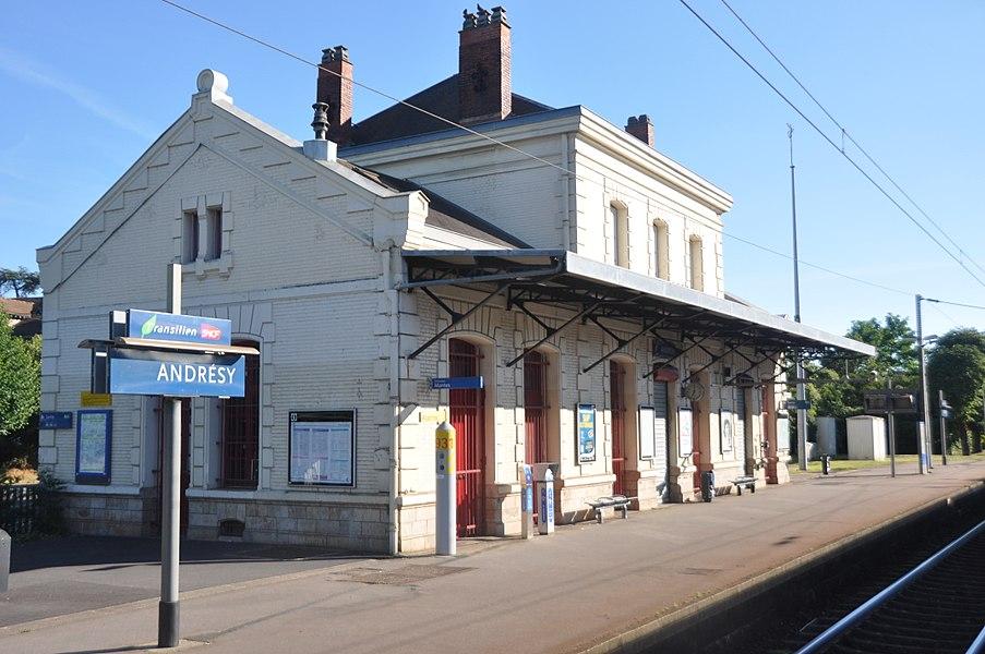 Vue en gros plan du bâtiment voyageur de la gare d'Andrésy, depuis la ligne de Paris-Saint-Lazare à Mantes-Station par Conflans-Sainte-Honorine, vers Paris.