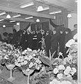 Genodigden wachten hun beurt af om fabrieksdirecteuren Jan en Albert van Abbe te, Bestanddeelnr 255-8469.jpg