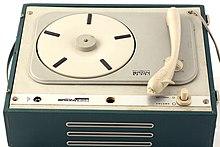 Una cosiddetta fonovaligia, un giradischi portatile per ascoltare i 45 giri molto popolare tra gli anni 60 e gli anni 70.