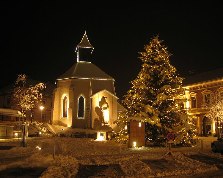 File:Gloggnitzer Hauptplatz im Advent mit Christbaum.jpg