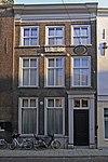 foto van Pand met gevel met verkropte kroonlijst, hardstenen plint, gecanneleerde deurpilasters en originele vensterdorpels
