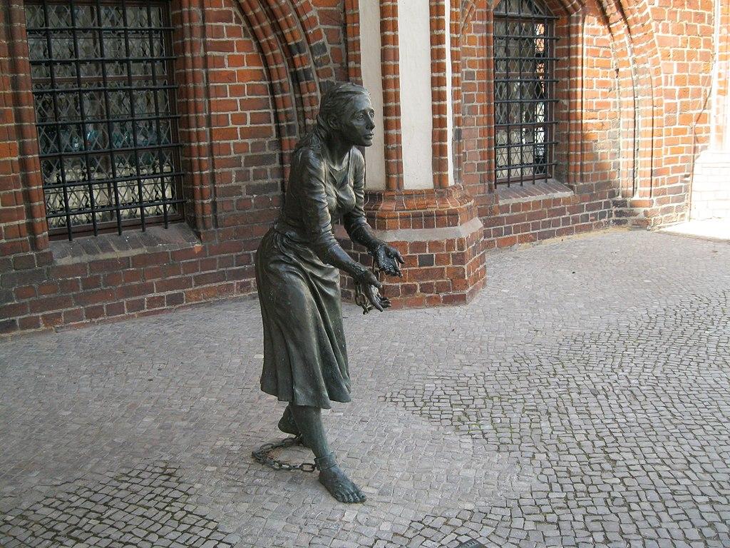 Grete Minde am Tangermünder Rathaus